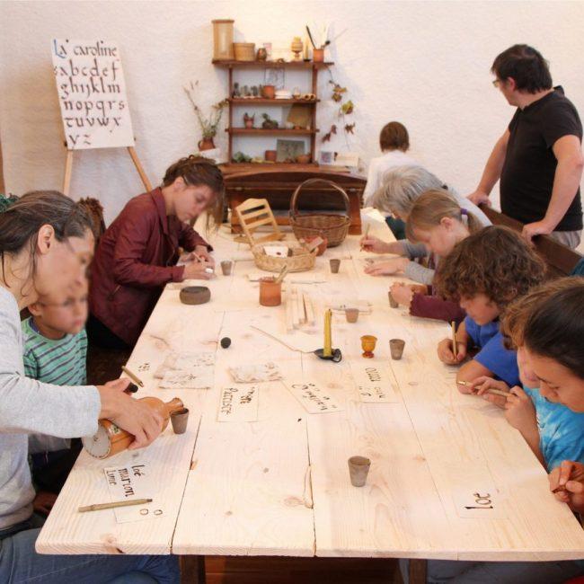 calligraphie médiévale enfants école pédagogie moyen-âge