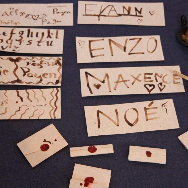 enfants calligraphie médiévale école pédagogie