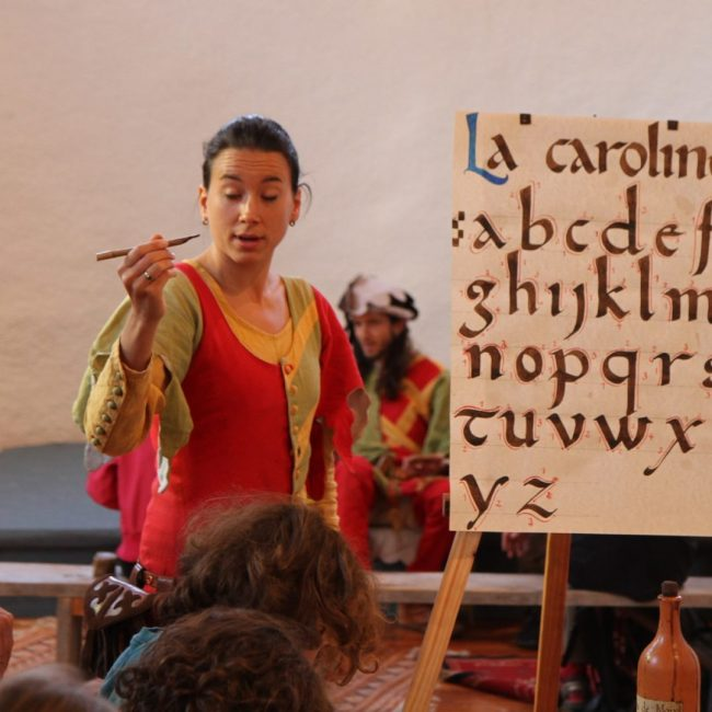 alphabet carolingian minuscule calligraphie médiévale