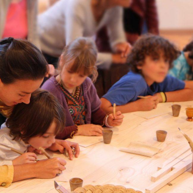 Pédagogie calligraphie médiévale enfants