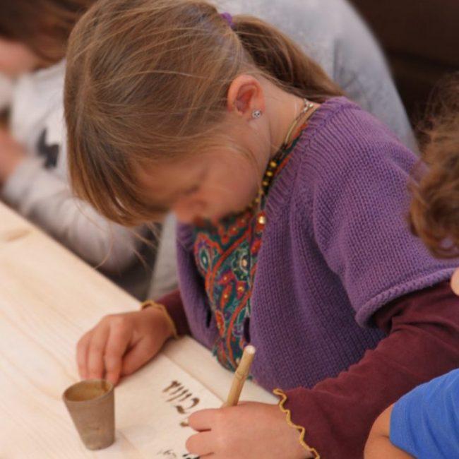 calligraphie médiévale enfants école pédagogie enluminure scriptorium